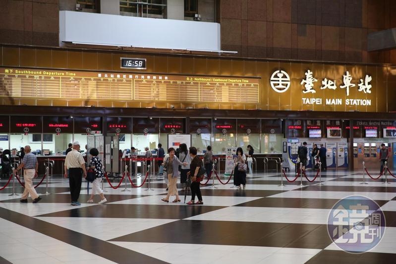台鐵台北車站自2月29日起宣布禁止民眾坐在車站大廳,傳出將永久禁止民眾隨地坐臥。