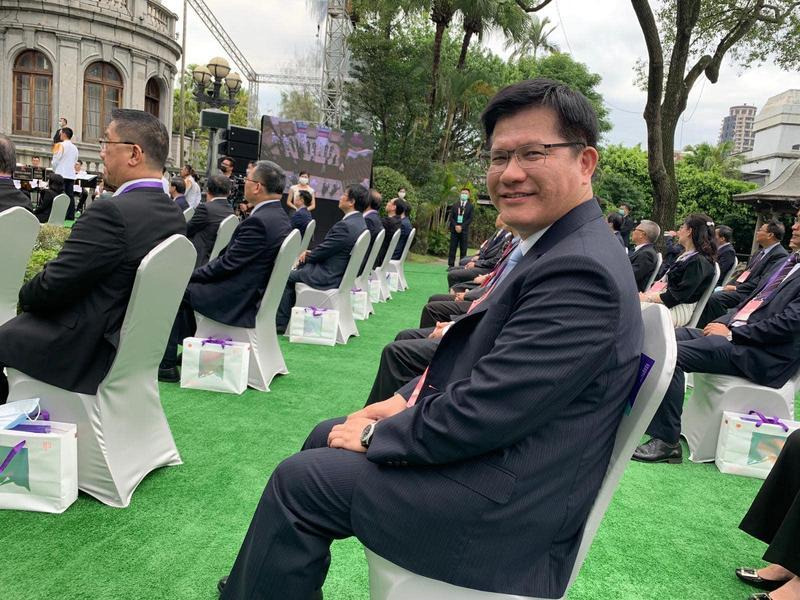 林佳龍在臉書po出總統就職觀禮照片,幫忙拍照的是坐在一旁的台中市長盧秀燕。(翻攝自林佳龍臉書)