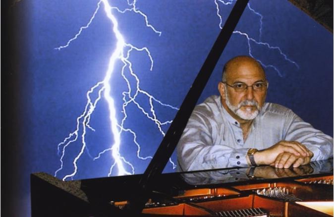 美國整形外科醫師安東尼被閃電擊中後,轉性愛上音樂,甚至成為鋼琴家。(翻攝自托尼·西科里亞youtube頻道)