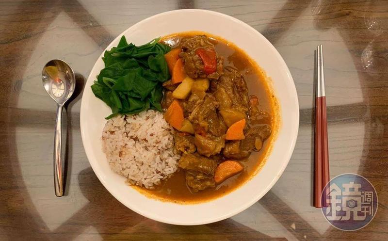 紅色的「咖哩牛肉飯」配上綠色的小菠菜,是適合春夏之交的護心保肝組合。