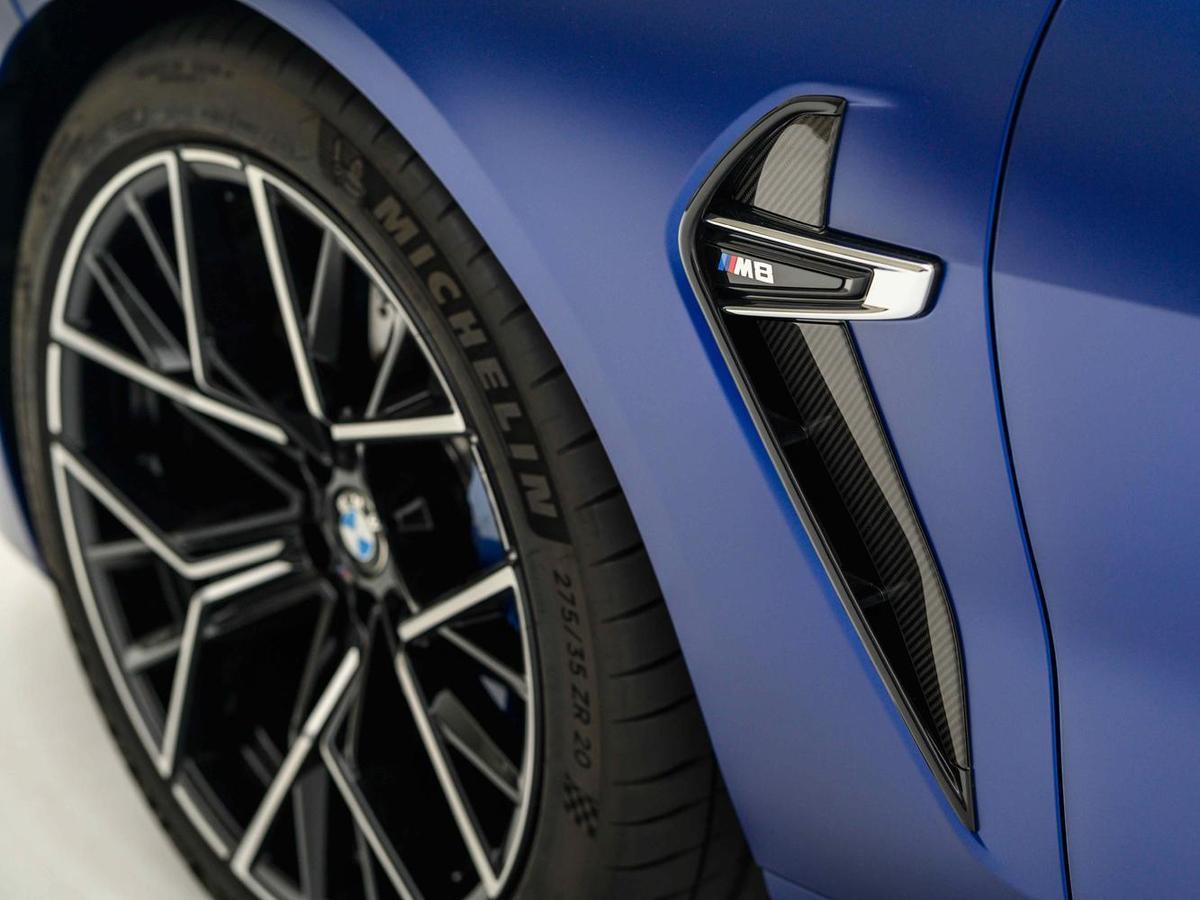 如迴力鏢造型的車側導流氣孔以碳纖維材質打造外框線條。