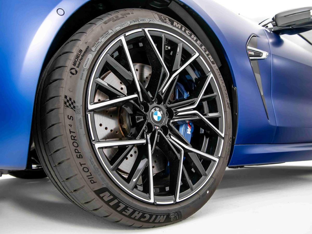 全新BMW M8專屬的20吋M星幅式811M型輪圈,展現出不容錯認的經典M系列血統。