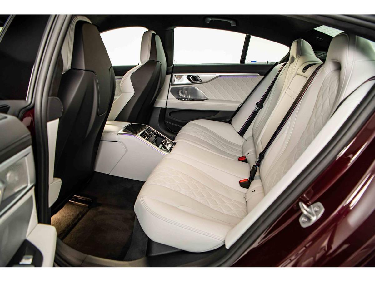 BMW M8 Gran Coupe後座讓頭部與肩頸有更寬闊的活動範圍,更較Coupe雙門車款增加201mm的腿部空間。