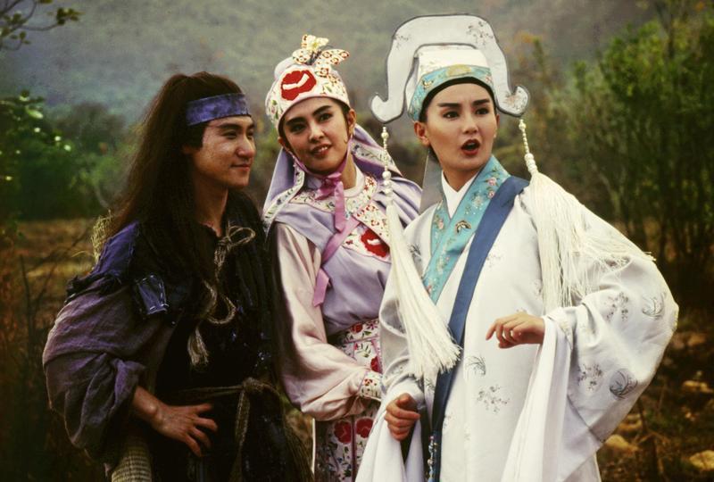 張學友(左起)想要示愛王祖賢,因此有了片中神曲〈我Love你〉,右為張曼玉。(CatchPlay提供)
