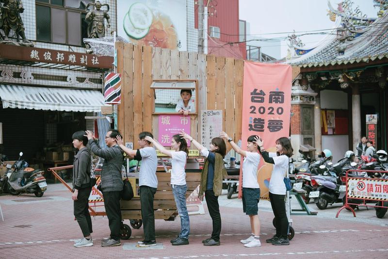 城市洗頭車發想源於遶境活動,讓體驗者有出巡感覺,以另一種方式欣賞臺南。(蚯蚓文化)