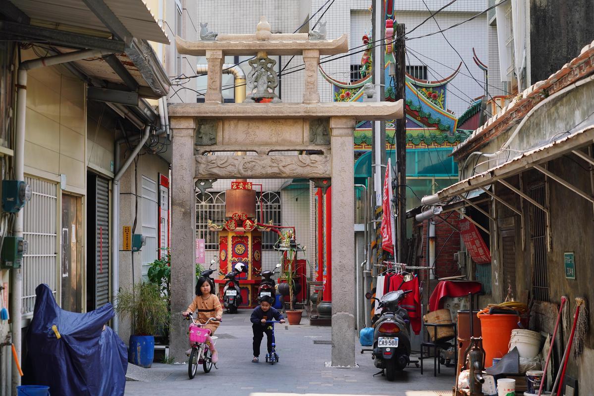 在府前路一段巷子裡的蕭氏節孝坊,是臺南市目前僅存的一座節孝牌坊,也是市定古蹟。