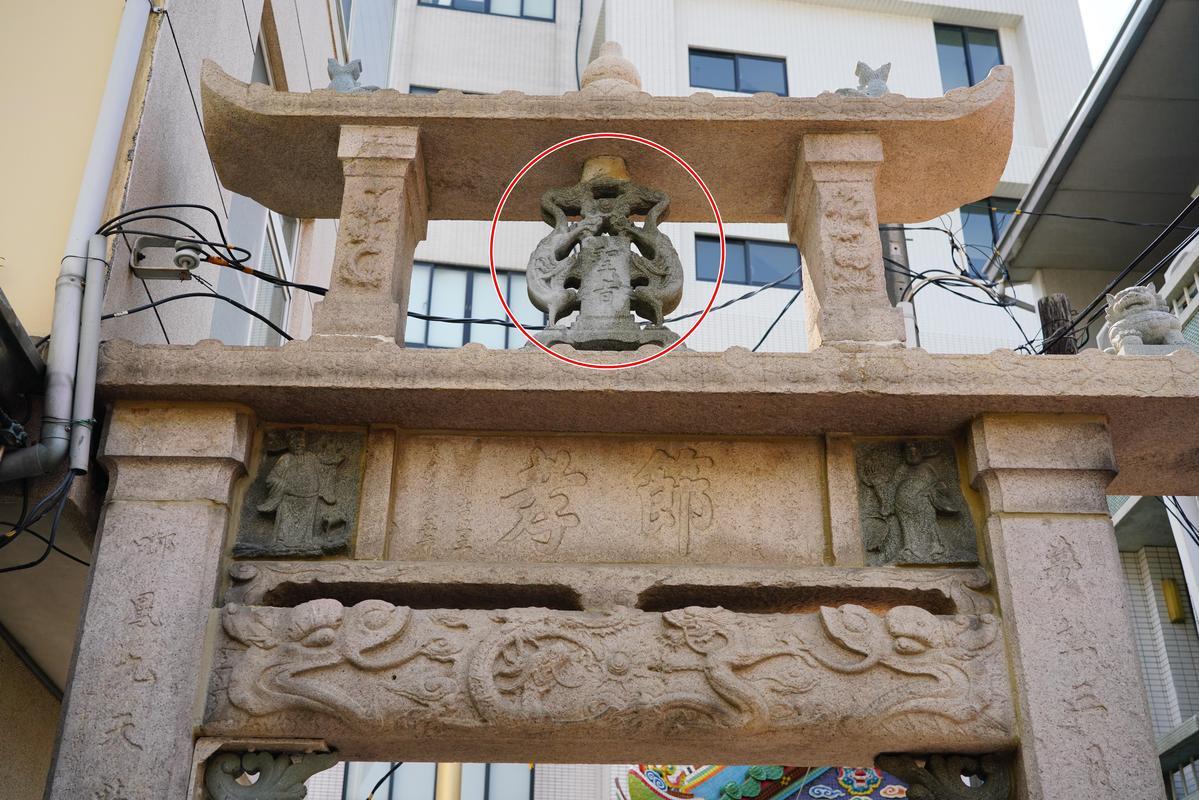 蕭氏節孝牌坊上還能見到聖旨(紅圈處)字樣。