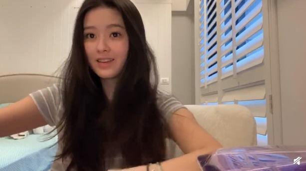廖思惟拍攝化妝影片素顏入鏡,20歲的她不用濾鏡就自帶光芒。(翻攝自Trinityy微博)