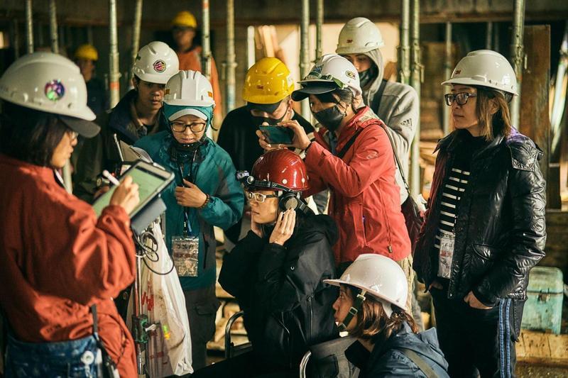 林昱伶(右一)製作《做工的人》叫好叫座,背後卻承受無比大的壓力。(大慕影藝提供)