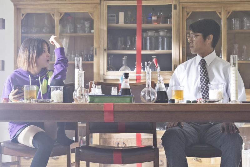 廣瀨鈴因為嫌爸爸堤真一有「臭味」,用膠帶將家裡「分一半」。(双喜電影提供)