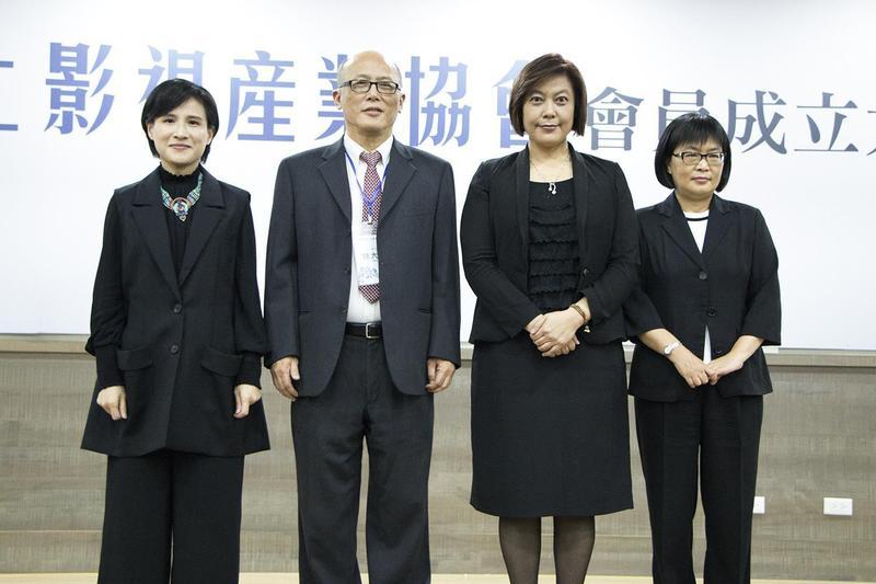 2017年台灣線上影視產業協會成立,由錢大衛(左二)擔任理事長,與文化部長鄭麗君(左)等人合影。(LiTV提供)