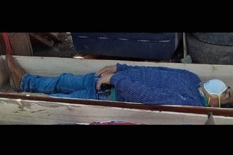 祕魯警方公布照片,小鎮市長托雷斯違反防疫禁令飲酒作樂,竟躲到棺材裡裝死拒捕。(翻攝Evening Standard網站)