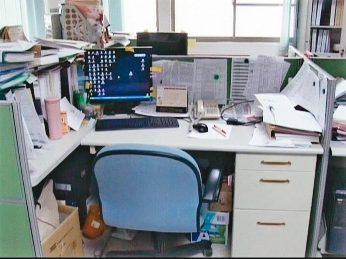 涂菫芸是公務員地方特考榜首,案發當時在嘉義縣政府社會局服務。圖為涂的辦公桌。(東森新聞提供)