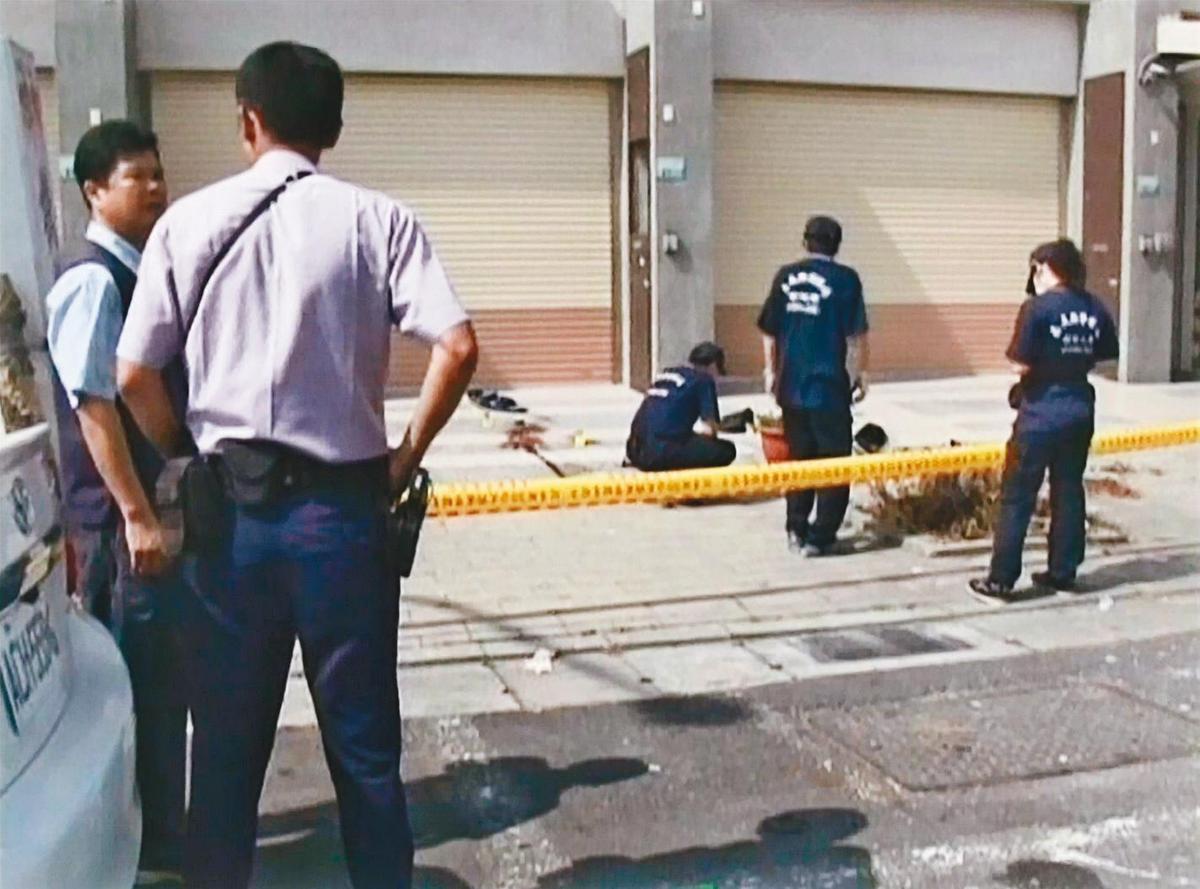 警方在命案現場拉起封鎖線,鑑識人員採集相關跡證。(東森新聞提供)