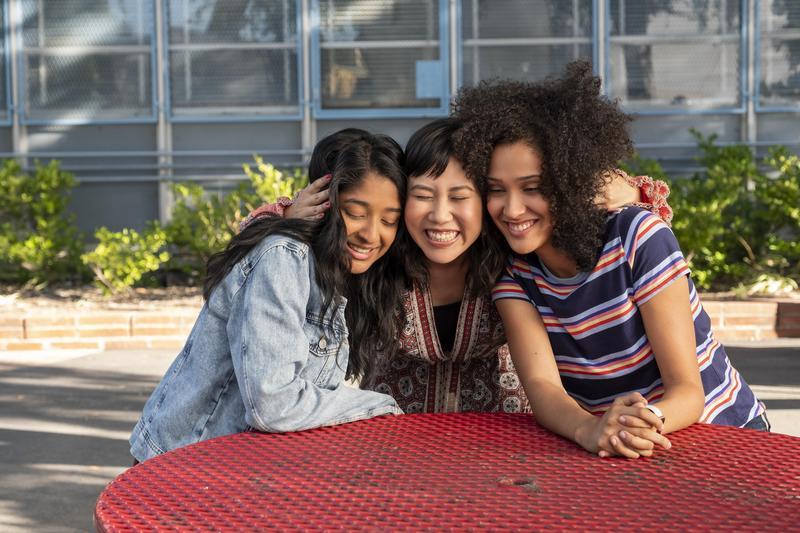 迪薇(左起)、法碧歐拉、艾莉諾一起許下承諾,要在高二活出燦爛人生。(Netflix提供)