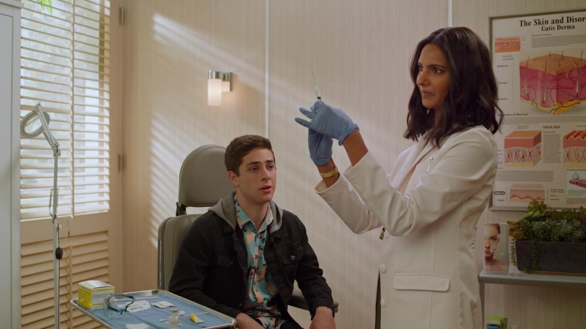 班(左)在學校跟迪薇競爭所有的第1名,但迪薇的老媽卻是他的皮膚科醫生。(Netflix提供)