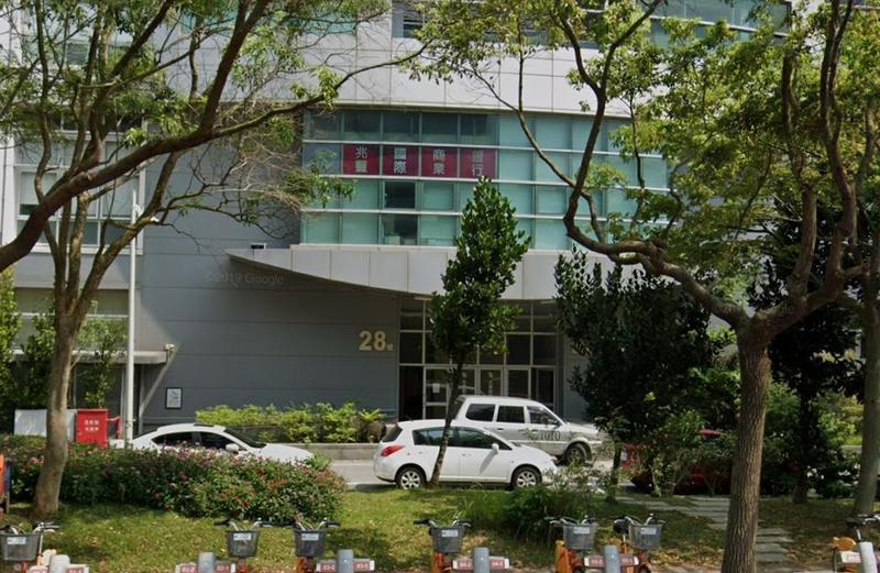 兆豐銀行中科分行12時許被一名男性搶匪闖入,搶走19萬後隨即逃逸。(翻攝自Google Map)