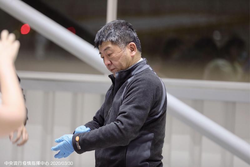 第三批武漢包機返台,陳時中坐鎮採檢,摘下口罩時臉上都是壓痕。(中央流行疫情中心提供)