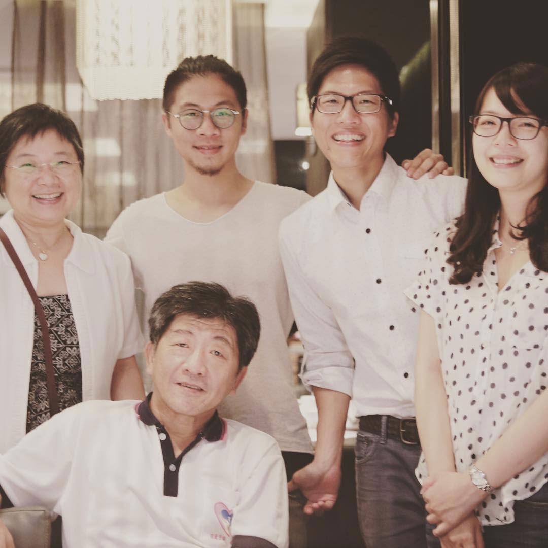 2015年父親節前,陳時中(坐者)的兒子陳彥安於IG貼出合照,圖說簡單寫著「Chen Family」。(翻攝陳彥安IG)