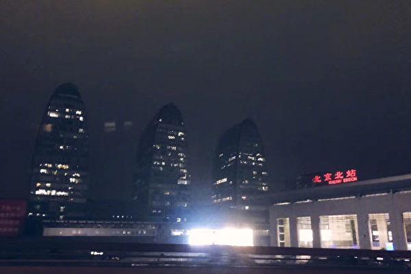 中國21日下午召開兩會,但天空突然下起暴雨,白晝瞬間成為黑夜。(翻攝網路)