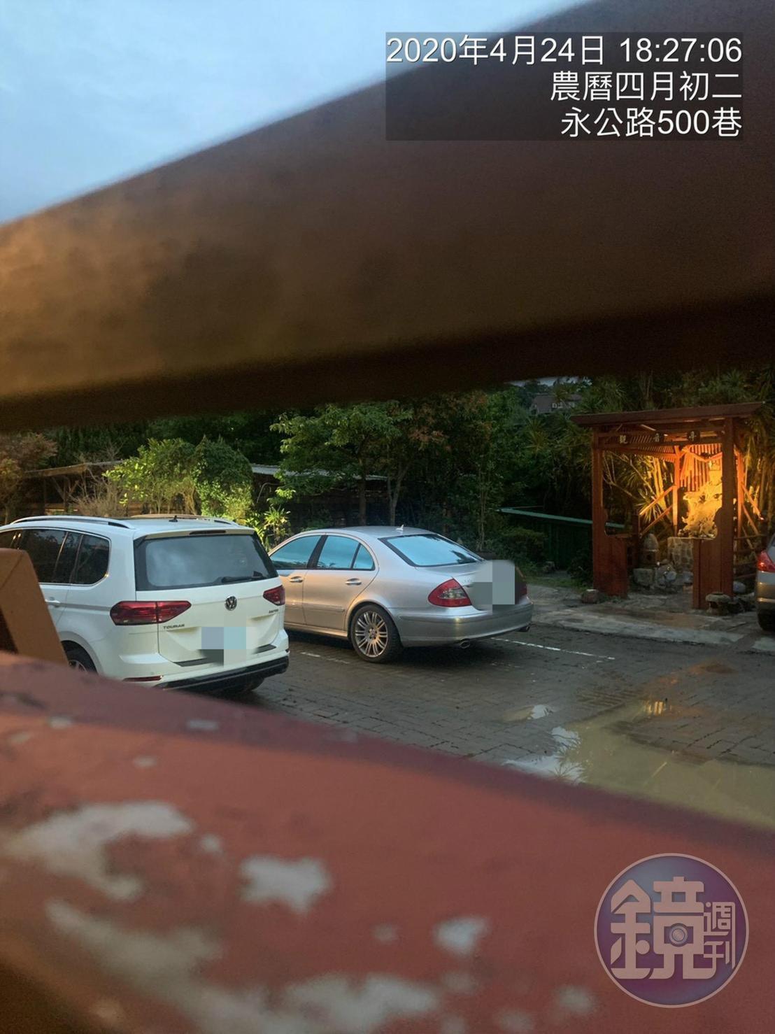林女與人夫被直擊前往陽明山的一處佛教道場幽會。(讀者提供)