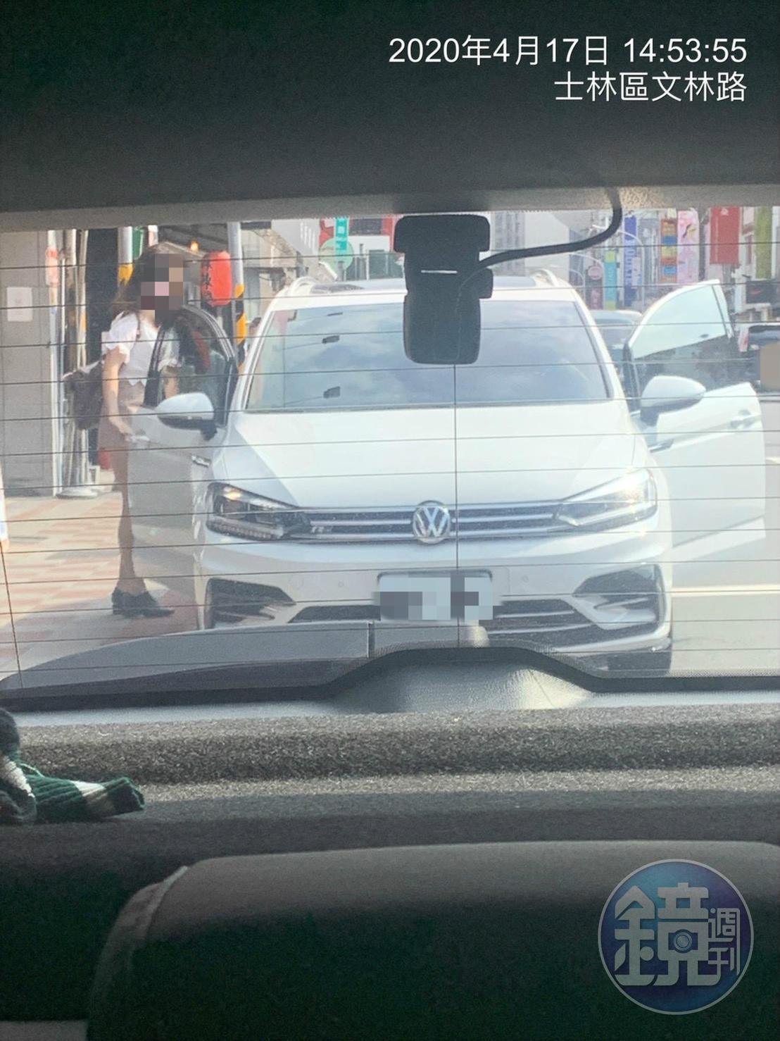 林女屢遭直擊坐上謝姓少校的車。(讀者提供)