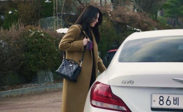 韓素希在《夫婦的世界》中,背著Mulberry Iris鉚釘包款。(Mulberry提供)