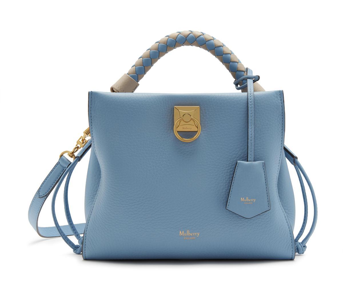藍色小型Iris包,NT$44,500。(Mulberry提供)