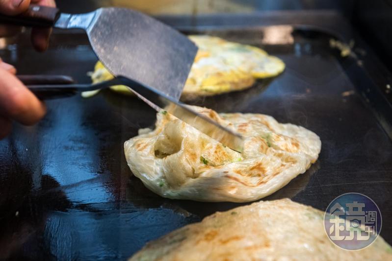 在公館商圈擺攤超過30年的「雄記蔥抓餅」,獲選《2019台北米其林指南》的必比登推介。