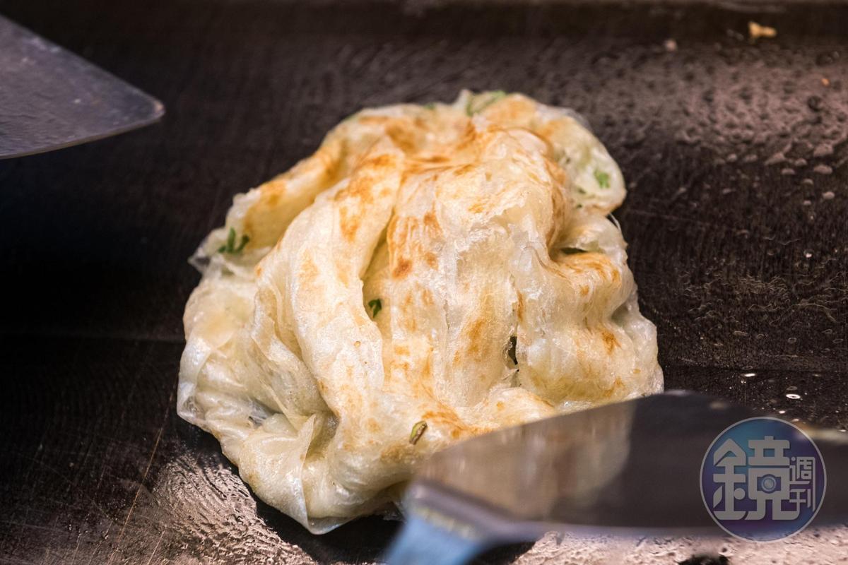 雄記蔥抓餅的麵糰在製作時會繞成螺旋狀,油煎時翻剷一下就有層次感。