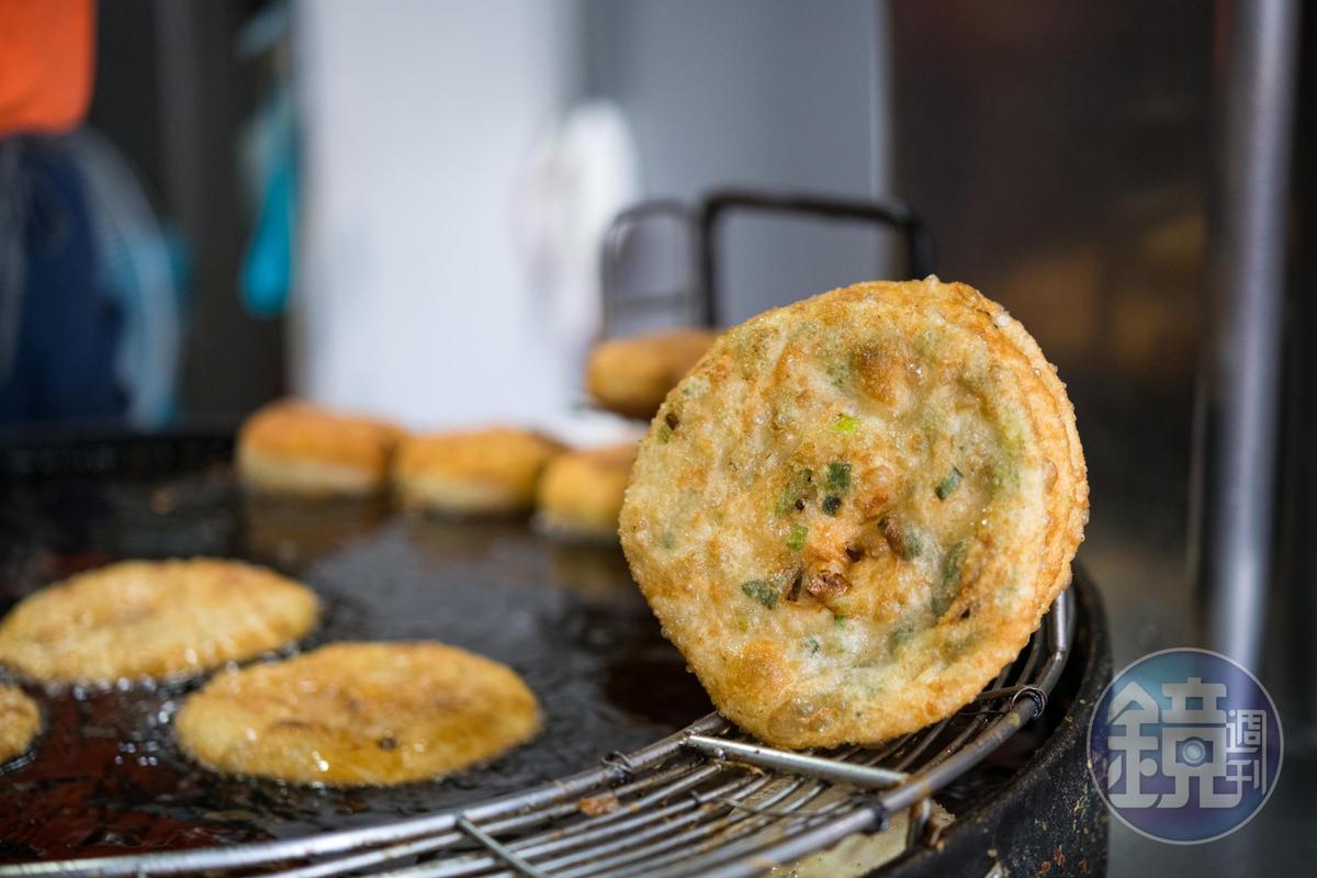 「蔥油餅」也是招牌,老客人會買生麵糰回家煎。(25元/個)