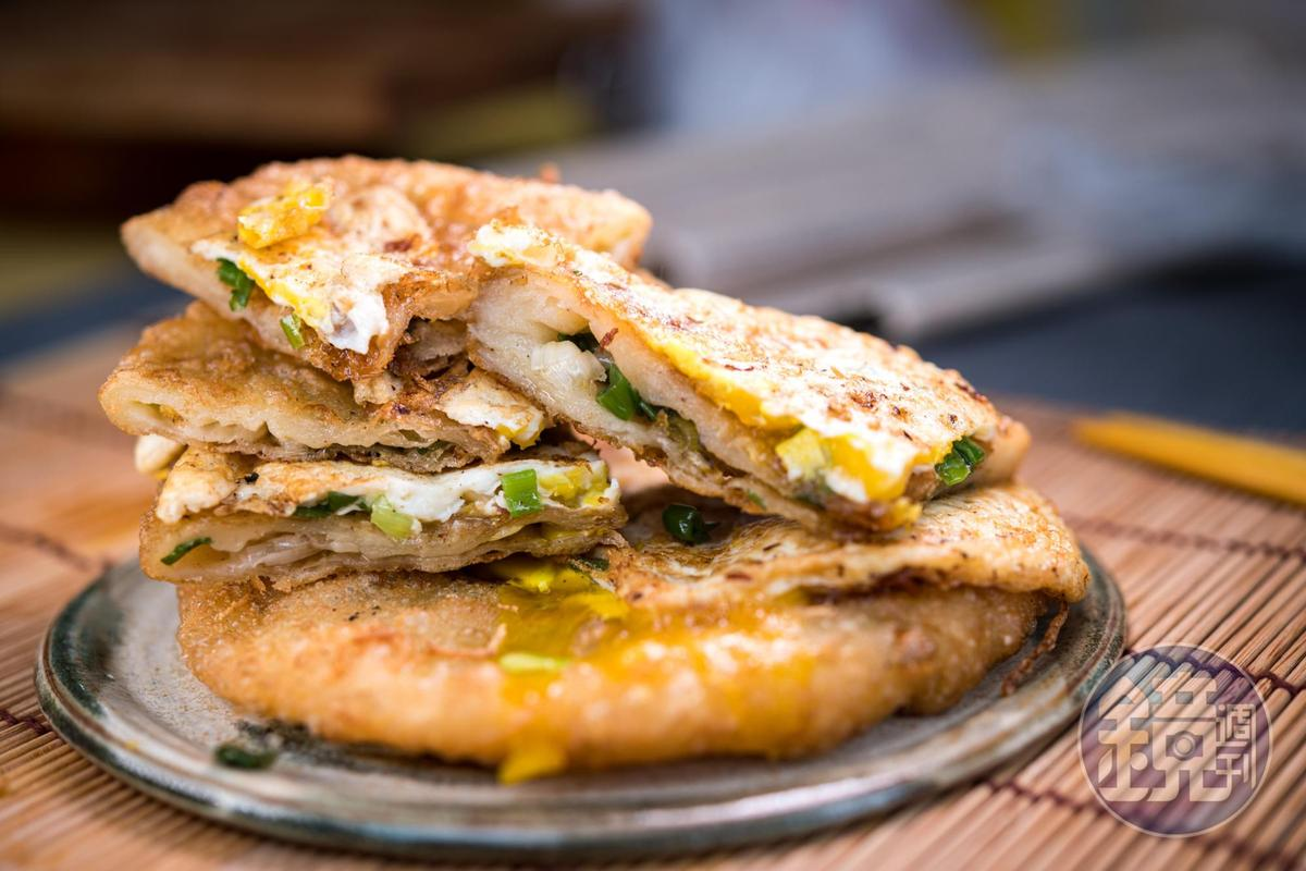 「蛋餅」即蔥油餅加蛋,口感膨鬆軟Q,餅裡的蔥末鹹香多汁,炸蛋軟嫩、會滲出半熟蛋黃。(35元/個)