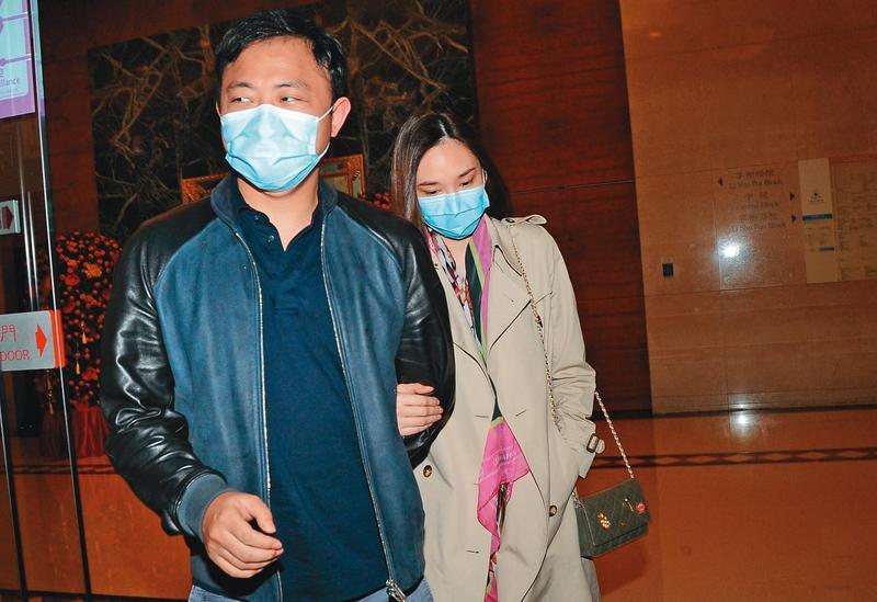 吳佩慈(右)與身家百億的未婚夫紀曉波(左)相戀六年,育有二子二女,目前全家六口定居香港。(東方IC)