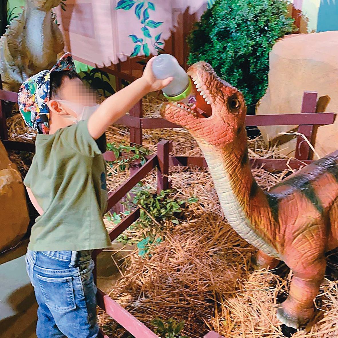 上個月吳佩慈帶著4名子女回台,因台灣疫情穩定,她帶小孩到兒童樂園玩。(翻攝自吳佩慈IG)