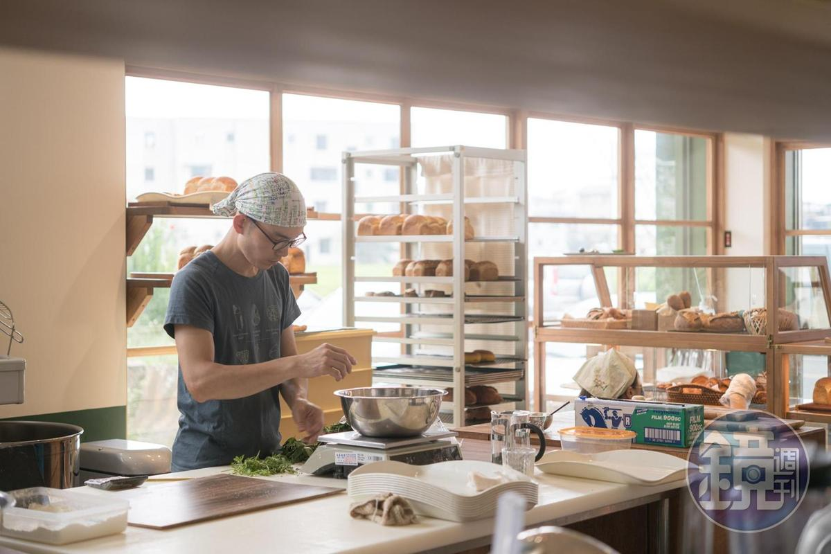 店內開放式廚房,可見師傅忙碌的身影。