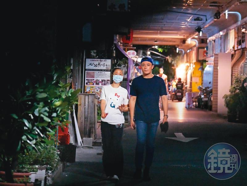 5/17 23:39深夜時分,林心如與老公霍建華穿輕便服現身台北街頭。