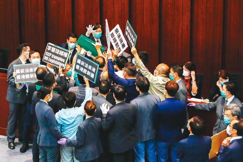 港版《國安法》草案推出後,抗爭再起,香港股市重挫,亞股也受影響。(達志影像)
