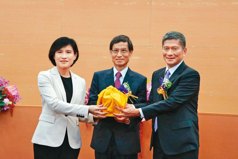 被譽為「史上最棒文化部長」的鄭麗君(左)卸任,由曾任公共電視總經理、客委會主委的李永得(右)接任。(文化部提供)