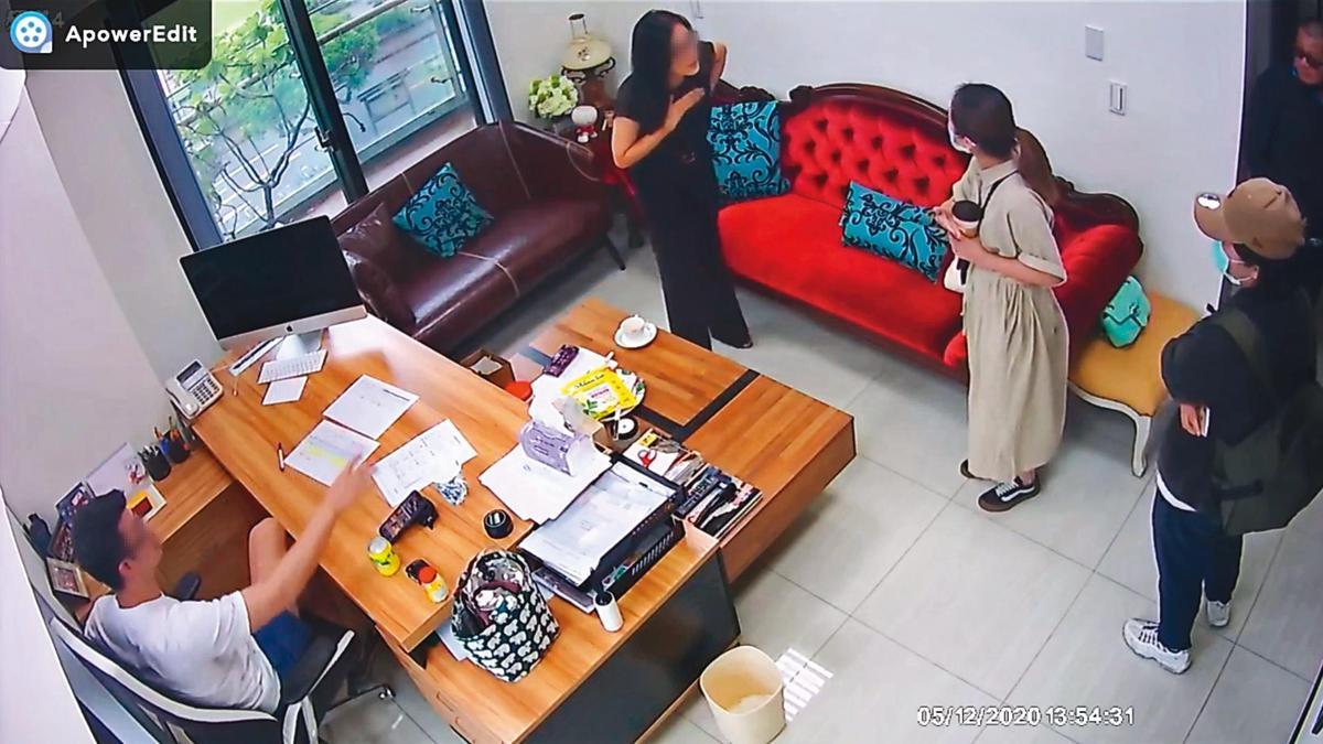 鄒小姐(左二)要求黑衣人離開,跟董八角及董的姐姐吵起來。(讀者提供)