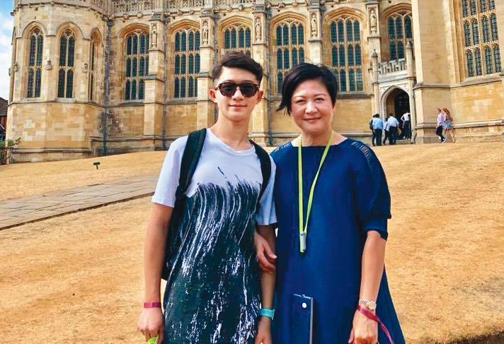 過去崔佩儀(右)的身材較為圓潤,不過她最近突然自立自強,瘦了很多。左為兒子貝克宇。(翻攝自崔佩儀臉書)
