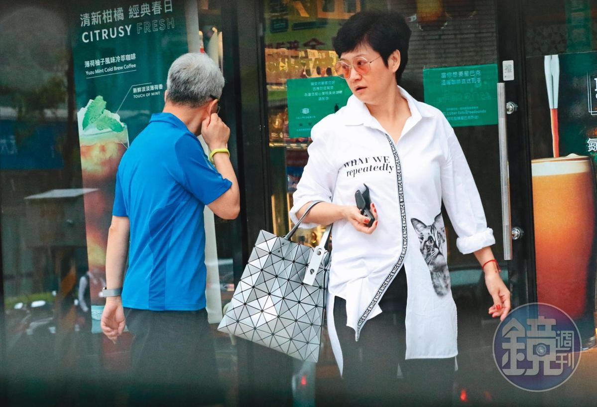 5/22 16:07,崔佩儀看似心情不佳,跟老公進行一個午後開車出門買咖啡的行程。