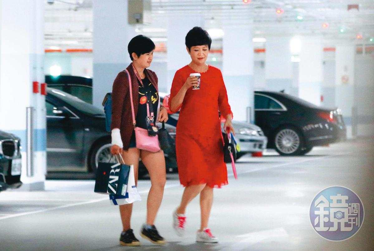 5/21 14:17,崔佩儀(右)工作忙碌,而且在外都神采奕奕;最近她除了上節目,還忙著拍戲。