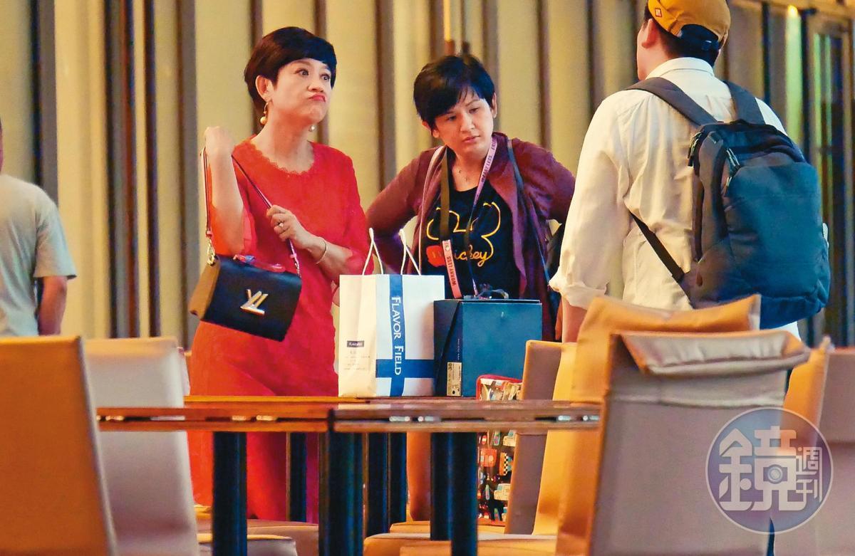 5/21 17:32,出門工作時,身上揹著名牌包的崔佩儀(左)收入雖然算是驚人,但家用、開銷也不小。