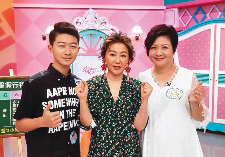 貝克宇(左)身為星二代,常跟著崔佩儀(右)上遍大小節目,為自己爭取不少上鏡機會。中為藍心湄。(翻攝自崔佩儀臉書)