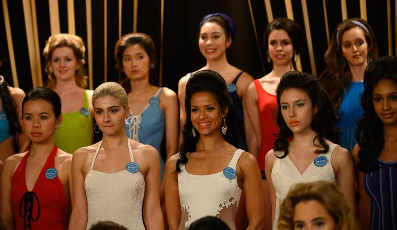 《愛美獎行動》改編自1970年的世界小姐選美大賽,當時婦女解放運動衝到直播現場,抗議比賽物化女性。(CATCHPLAY提供)