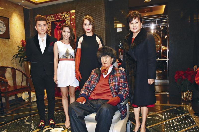 何鴻燊91歲大壽,三房老婆陳婉珍帶著兩個女兒何超蓮及何超雲為他慶生。(東方IC)