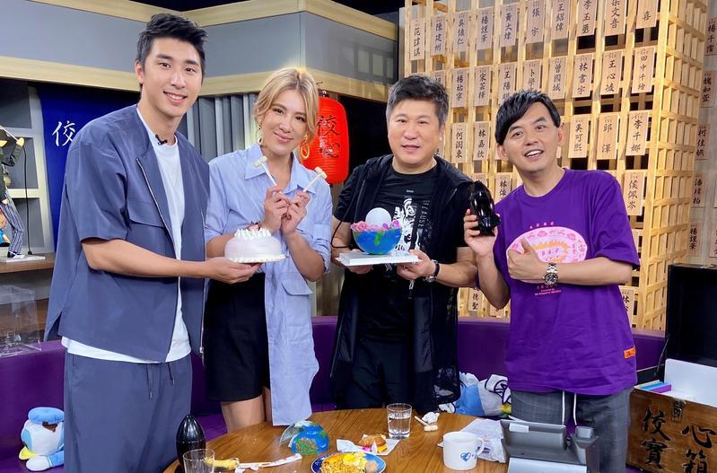 胡瓜(右二起)、胡小禎與胡釋安一家三口罕見同框。(中天提供)