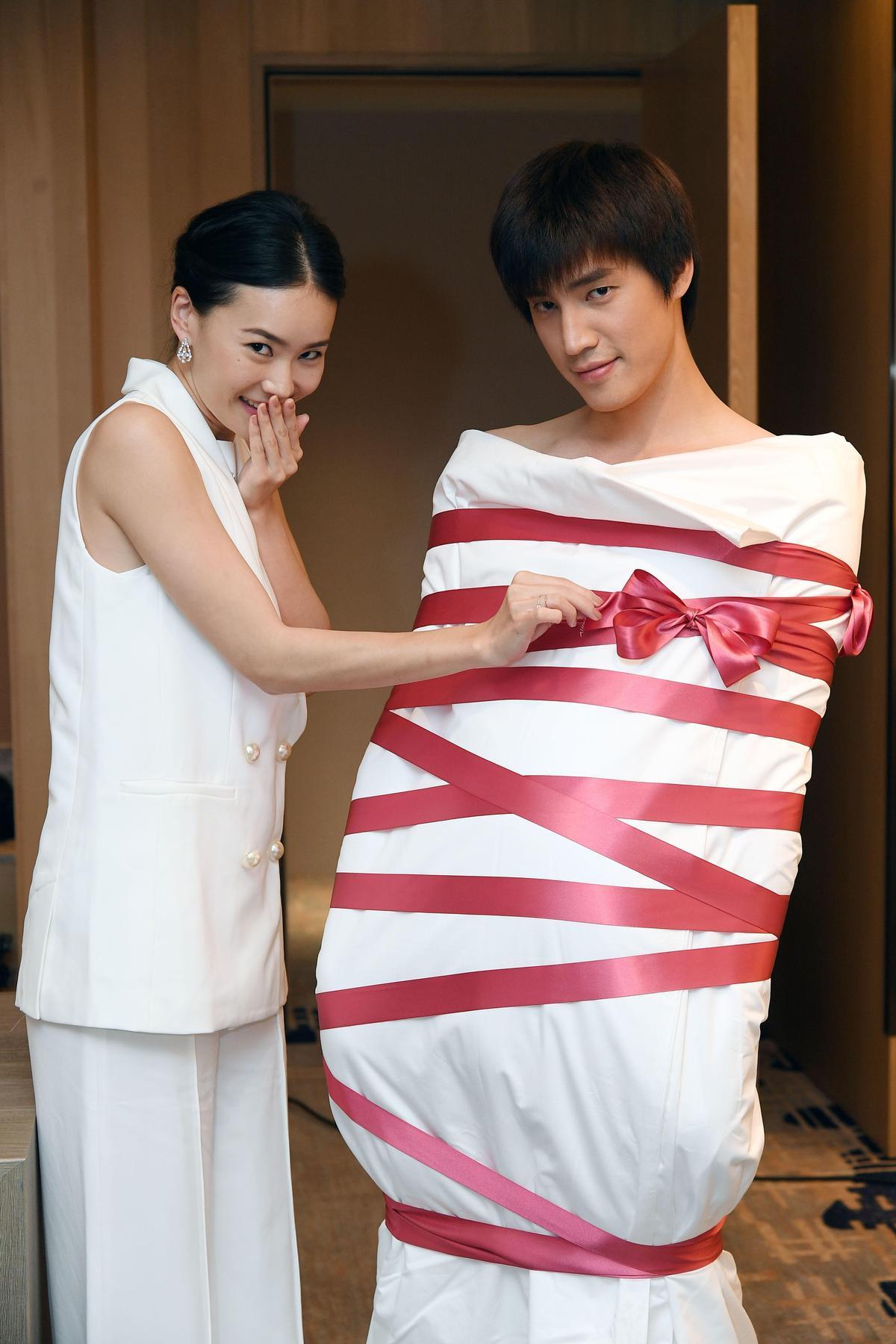 《跟鯊魚接吻》將播最終回,羅宏正(右)把自己裹成粽子當禮物送給鍾瑶(左)。(圖/三立提供)