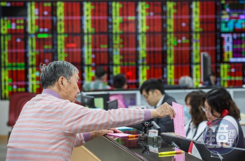 想抽籤現款卻不夠,券商表示,可透過手上的上市櫃股票來借款。圖為示意圖,與新聞當事人無關。
