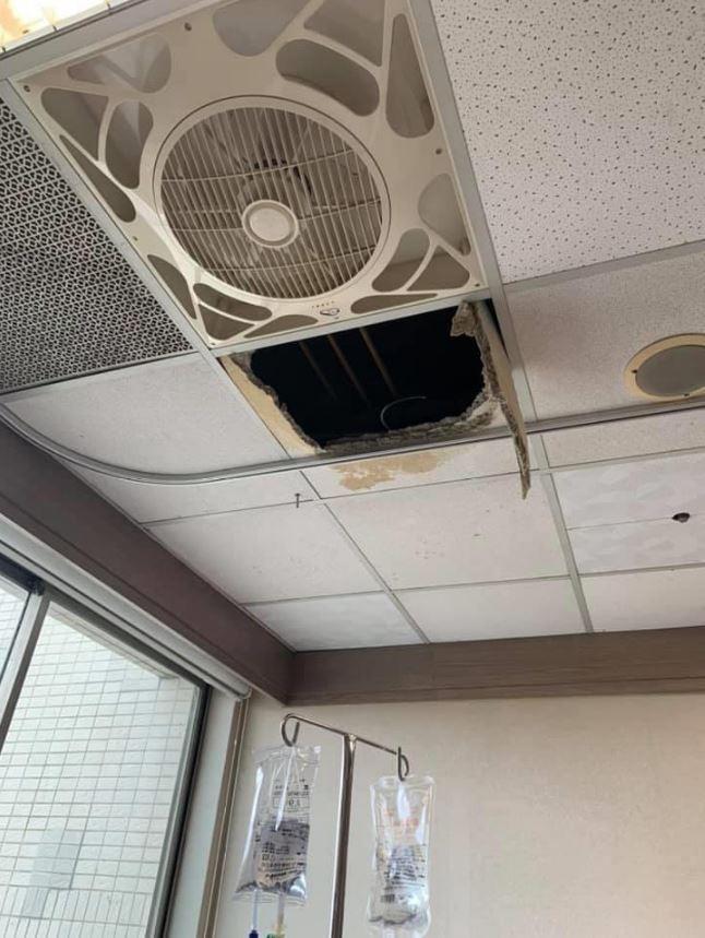 就連去醫院也遇到天花板坍塌。(翻攝自爆廢公社)